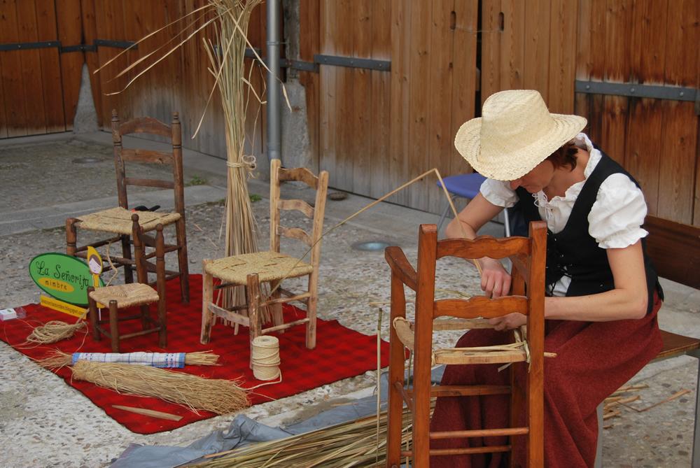"""Cestera realiza el trenzado del asiento de una silla en los """"Encuentros de Artesanos"""". Foto: MuseoATP."""