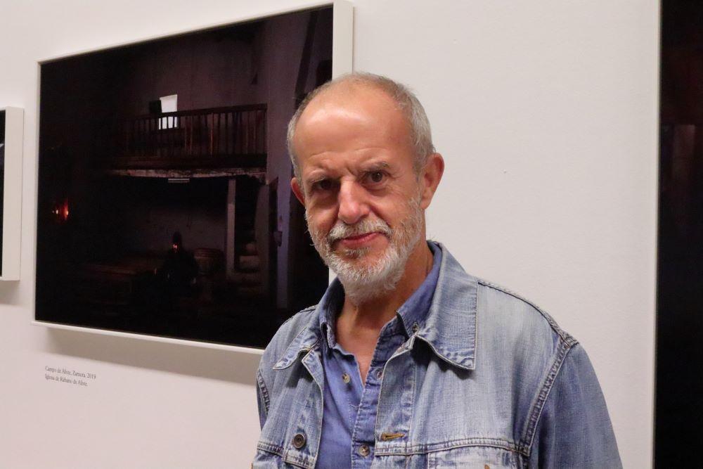 Jose Manuel Navia en la exposición Alma Tierra